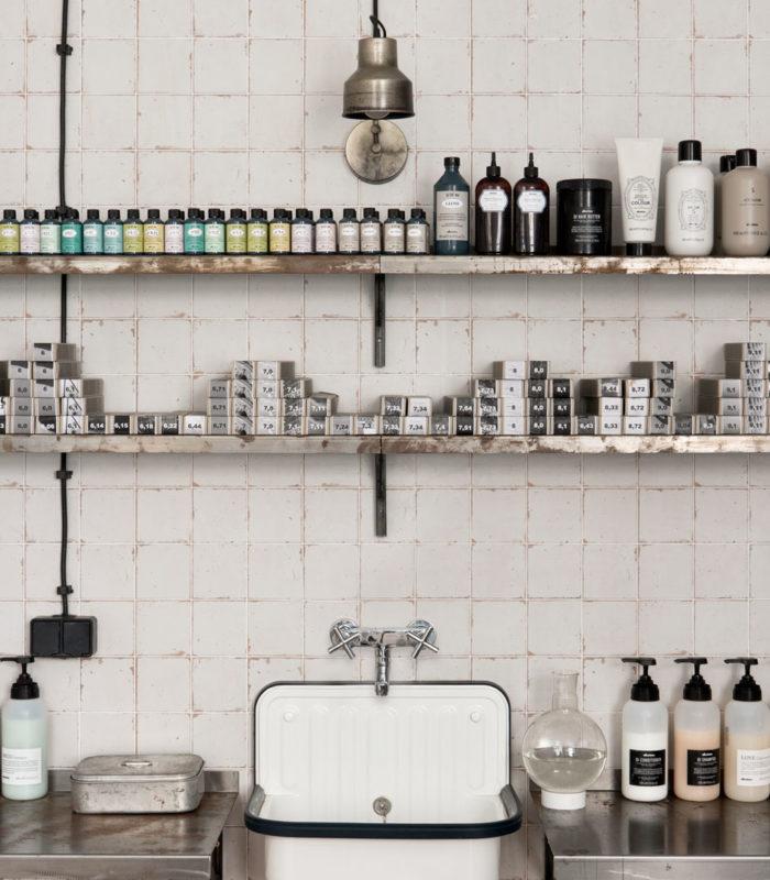 Эта парикмахерская создана в стиле аптек начала XX века