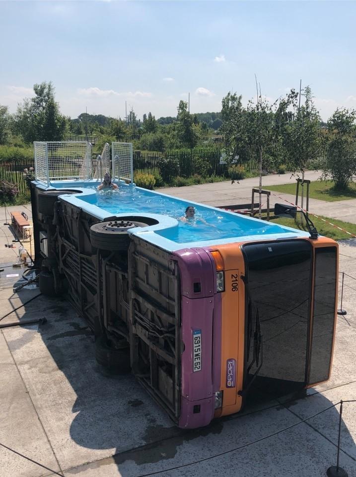 Художник превратил старый автобус в бассейн