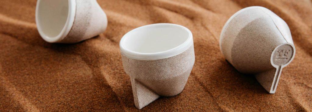 Чашка из песка. Бросьте ее в воду, и она растает!