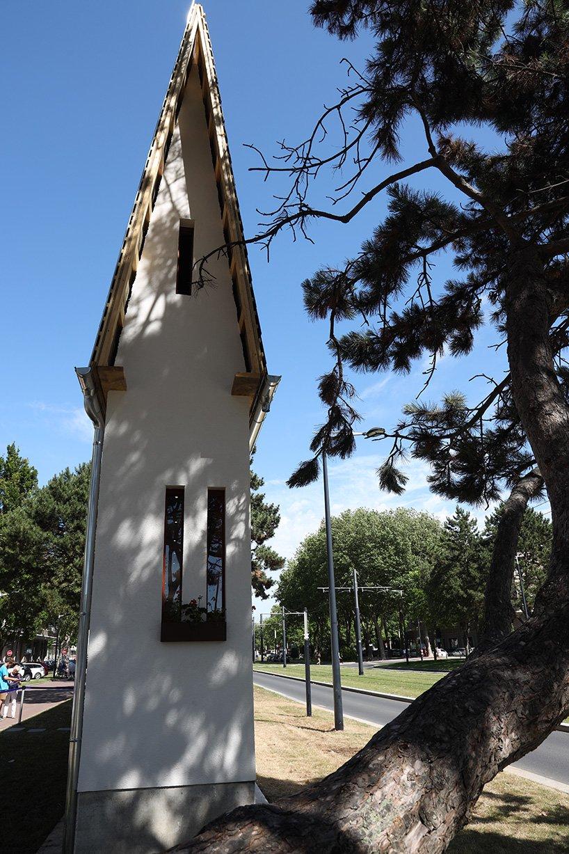 На улицах французского городка Гавр появились необычные предметы: «Пышный автомобиль», «Узкий дом», «Большой плащ» и «Поцелуй»