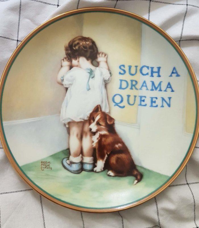 Эта женщина собирает старые тарелки и дает им вторую жизнь!