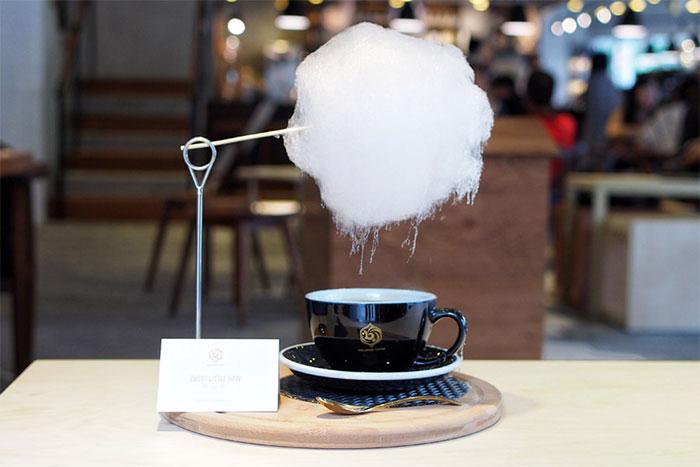 Это кафе подает кофе с облаком, из которого идет сахарный дождь… Выглядит просто волшебно!