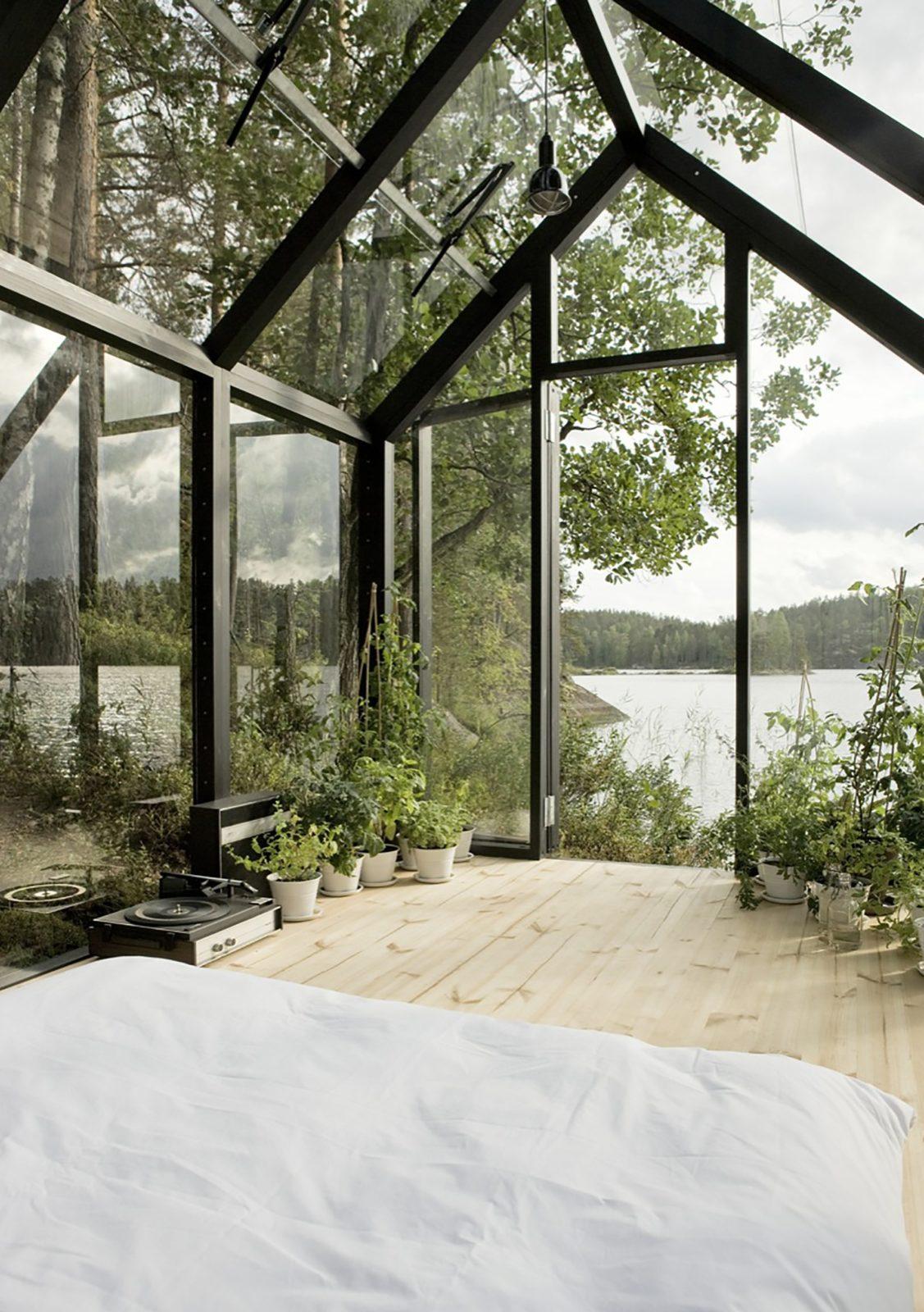 Необычная теплица на берегу озера. Внутри уютная спальня!