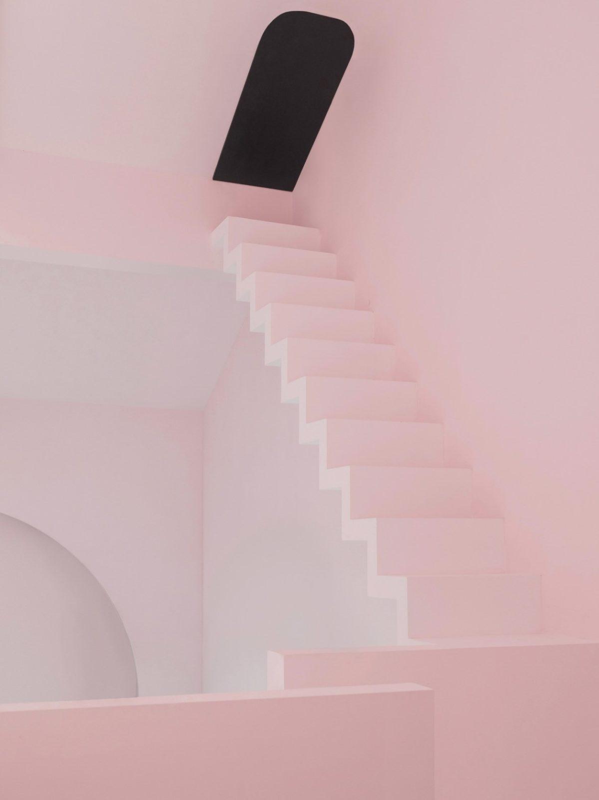 Хостел, как дом от «Алисы в Стране Чудес». Посмотрите на эту лестницу!