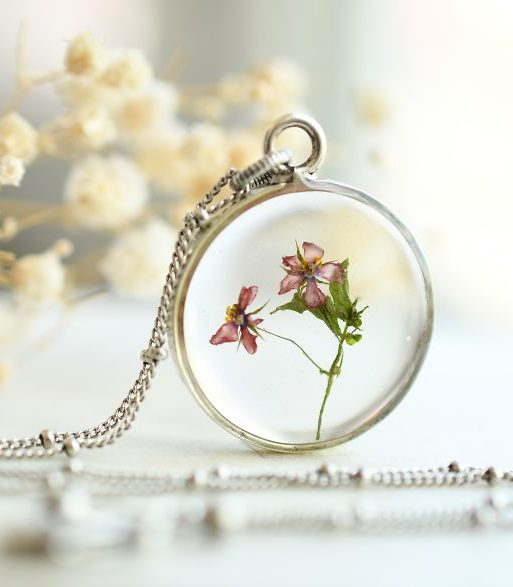Она создает удивительные украшения, используя смолу и цветы!
