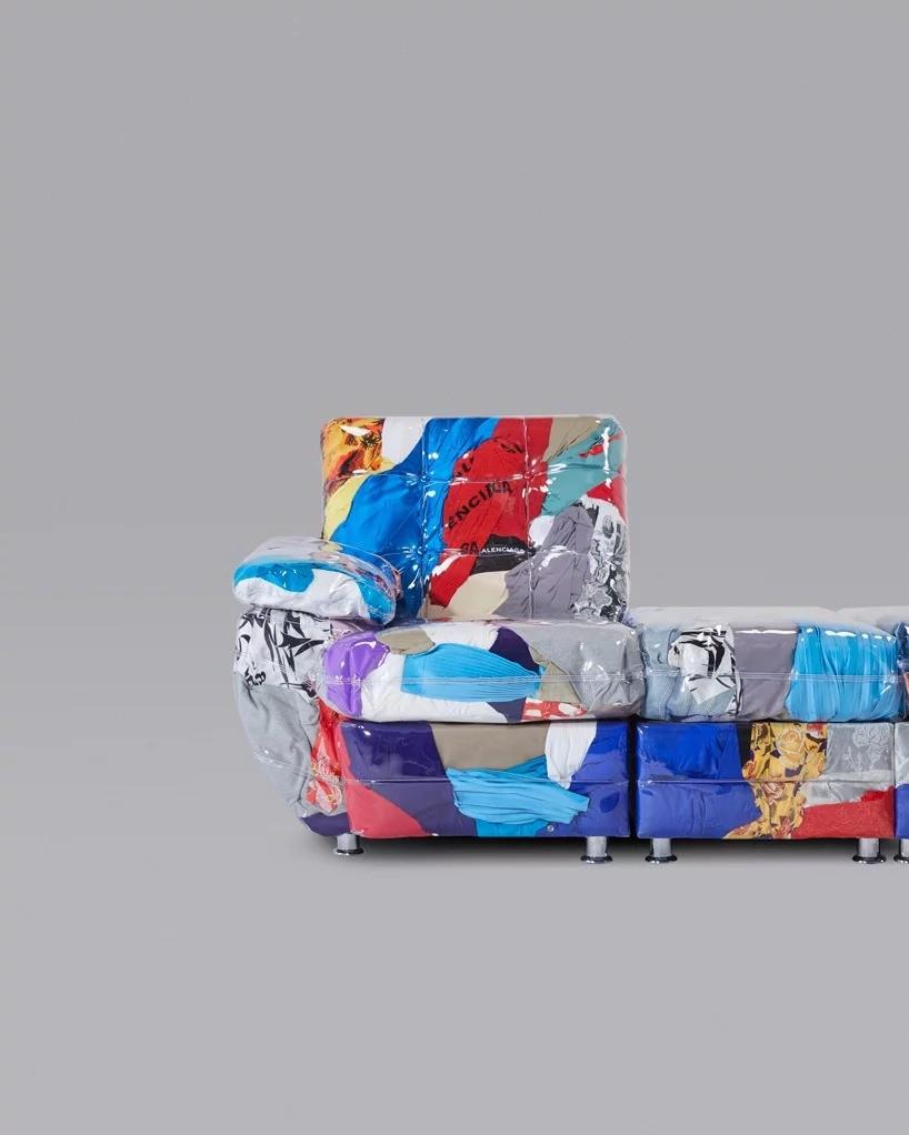 Испанский Дом моды создал прозрачный диван и набил его своей одеждой из прошлых коллекций
