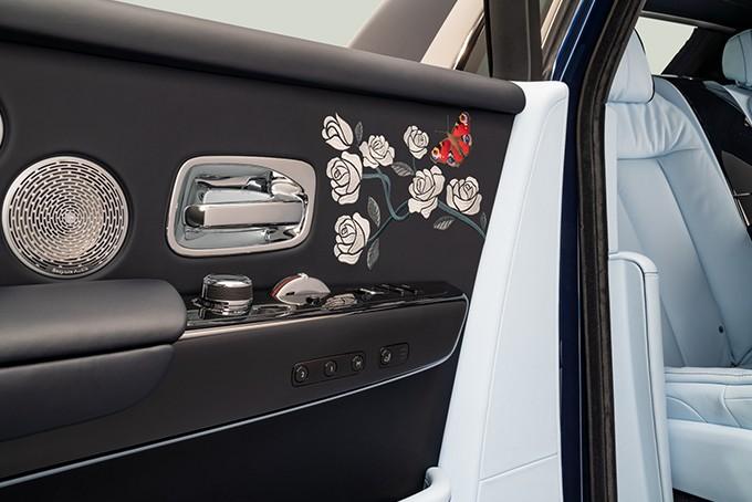 Этот Rolls-Royce, известный как «Призрак розы», выполнен на заказ. Его интерьер вышит сотнями роз!
