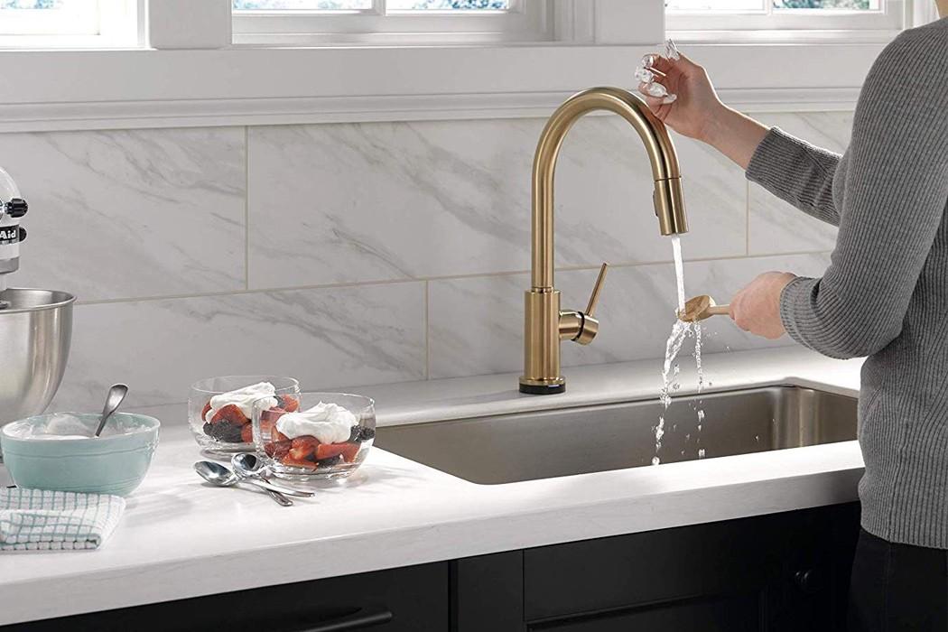 Кухонный кран с голосовой функцией. Вы можете управлять им без помощи рук!