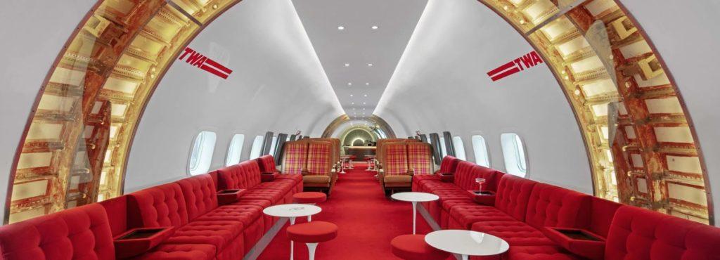 Винтажный самолет был превращен в элегантный коктейль-бар в стиле ретро