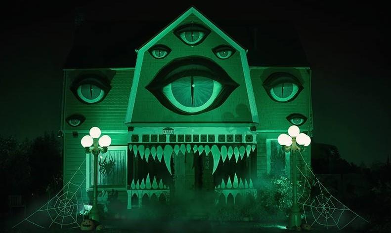 Этот двухэтажный дом превратился в ужасного клыкастого монстра