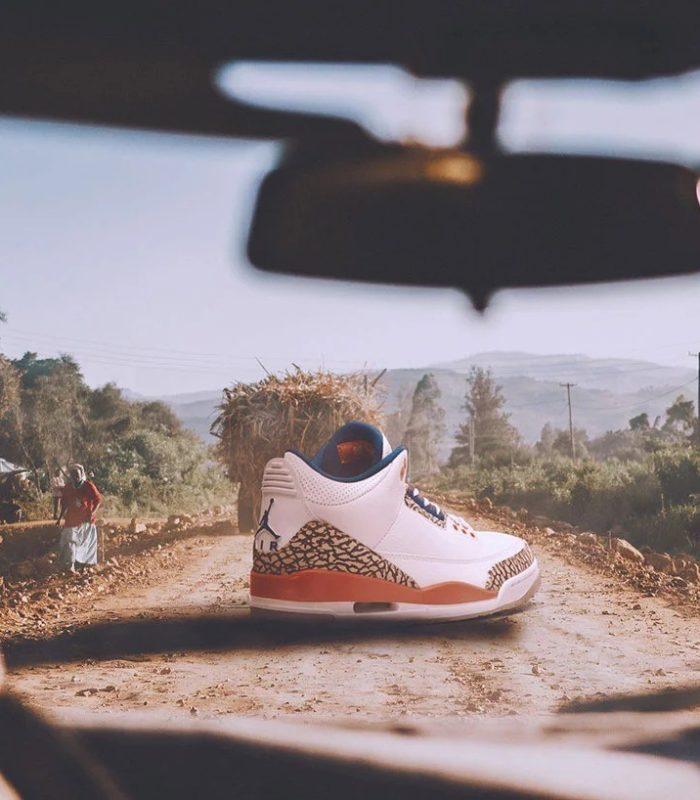 Гигантские кроссовки «обнаружены» в разных городах мира