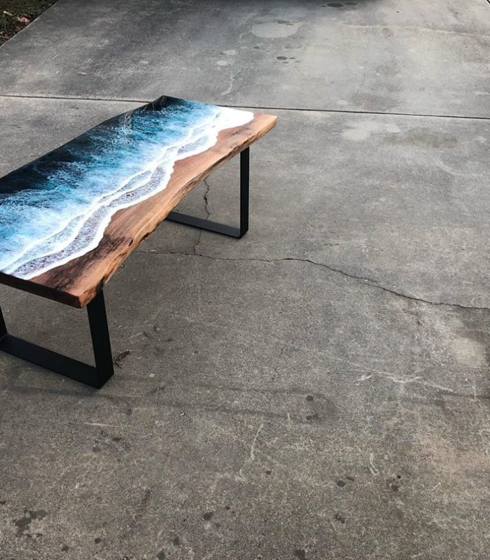 Журнальный столик с морскими волнами