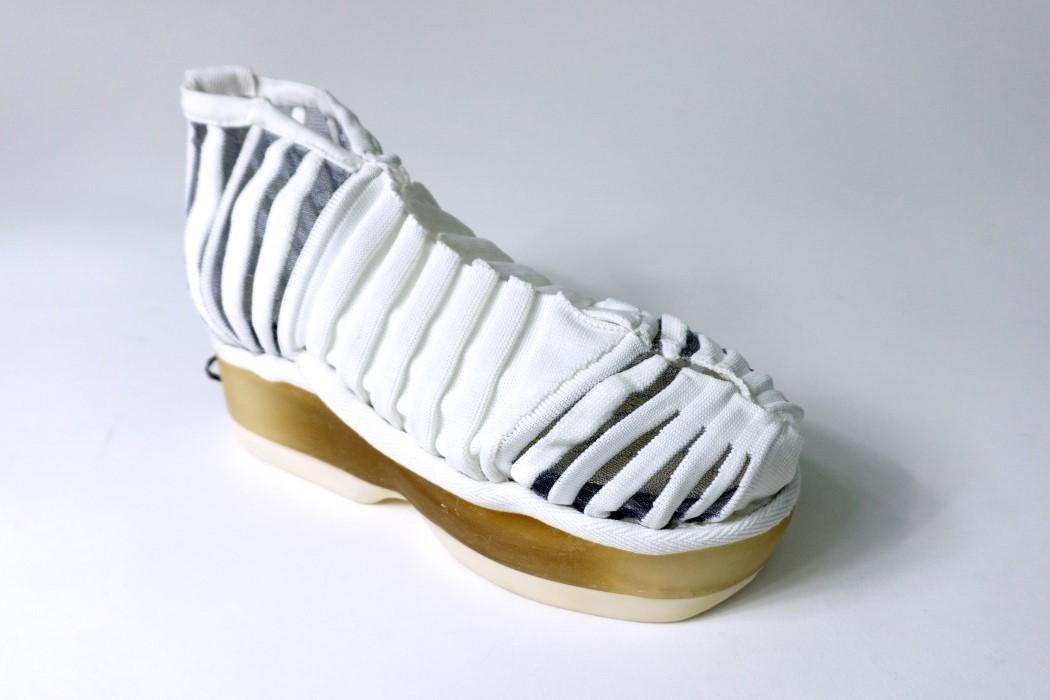 Эта обувь надевает сама себя в тот момент, когда вы только наступаете на нее!