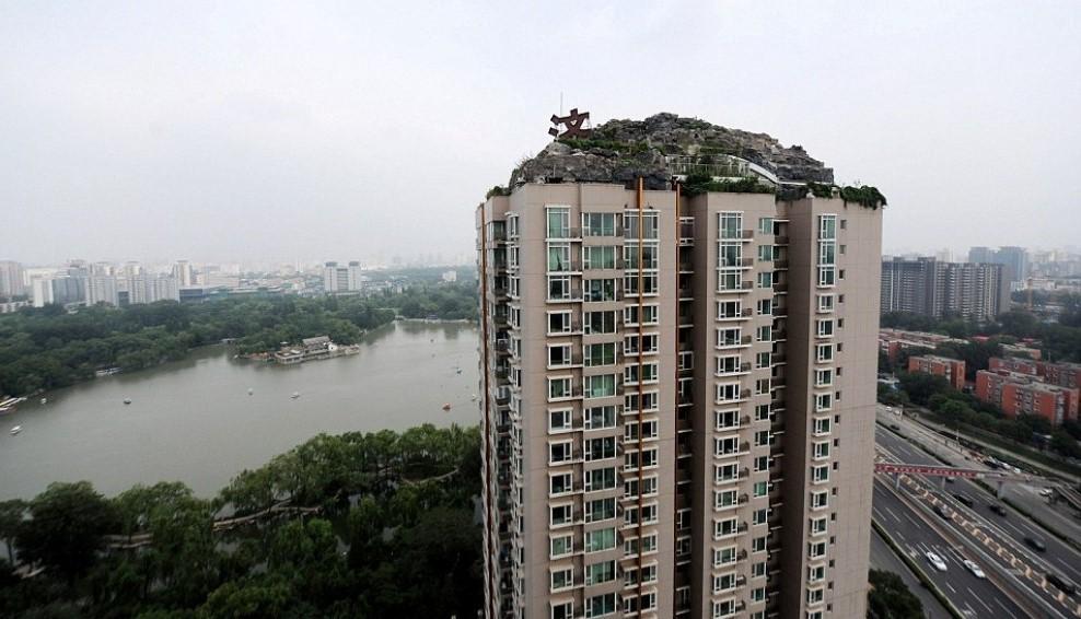 Соседи не были счастливы… Миллионер строит персональную настоящую гору на крыше многоэтажного дома…