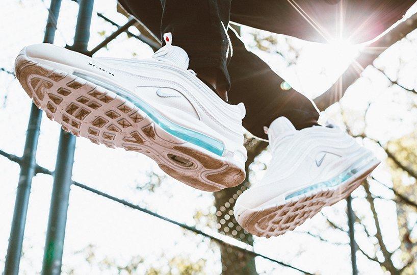 NIKE решил шокировать рекламой. Подошва этих кроссовок наполнена святой водой и стоят они 3 000$!