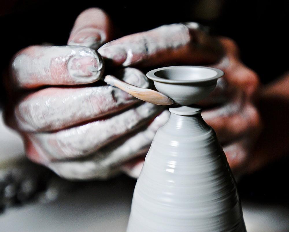 Художник-самоучка создает миниатюрную керамическую посуду, которая умещается на кончике пальца