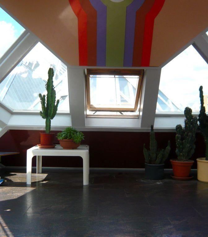 Трудно поверить, что этот наклонный кубик - дом, в котором очень «удобно» жить!