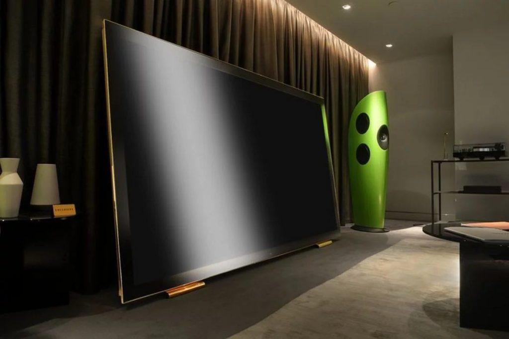 """Телевизор с диагональю 100 """" и позолоченной подставкой… Он водонепроницаем и стоит 130 000 $..."""