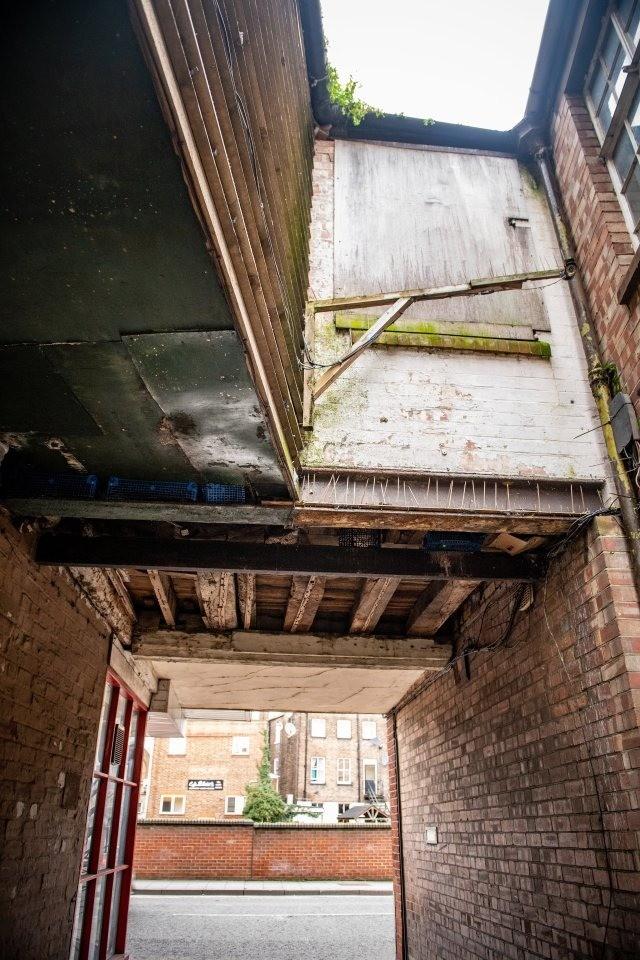 Никто не знает, что находится внутри… В Англии крошечная квартира без дверей и лестниц была продана за 1 $…