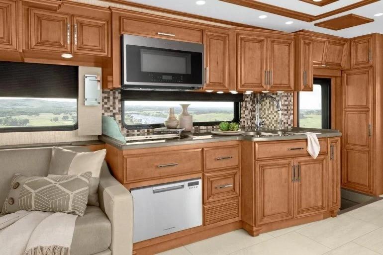 Огромная спальня, душевая кабина, домашний кинотеатр и это еще не все, чем оснащен уникальный дом на колесах стоимостью 555 тысяч долларов